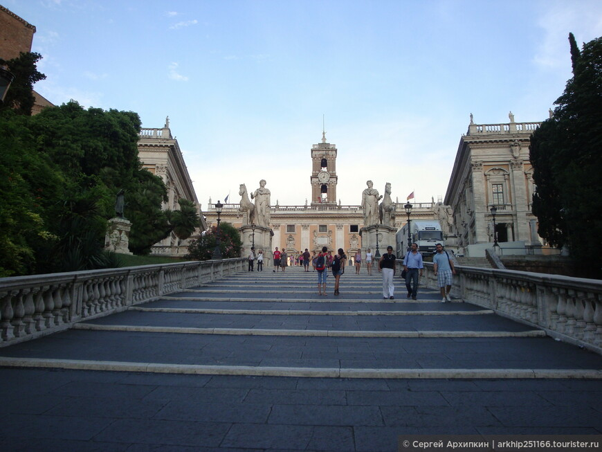 Лестницу и площадь в форме звезды спроектировал в 16 веке Микеланджело