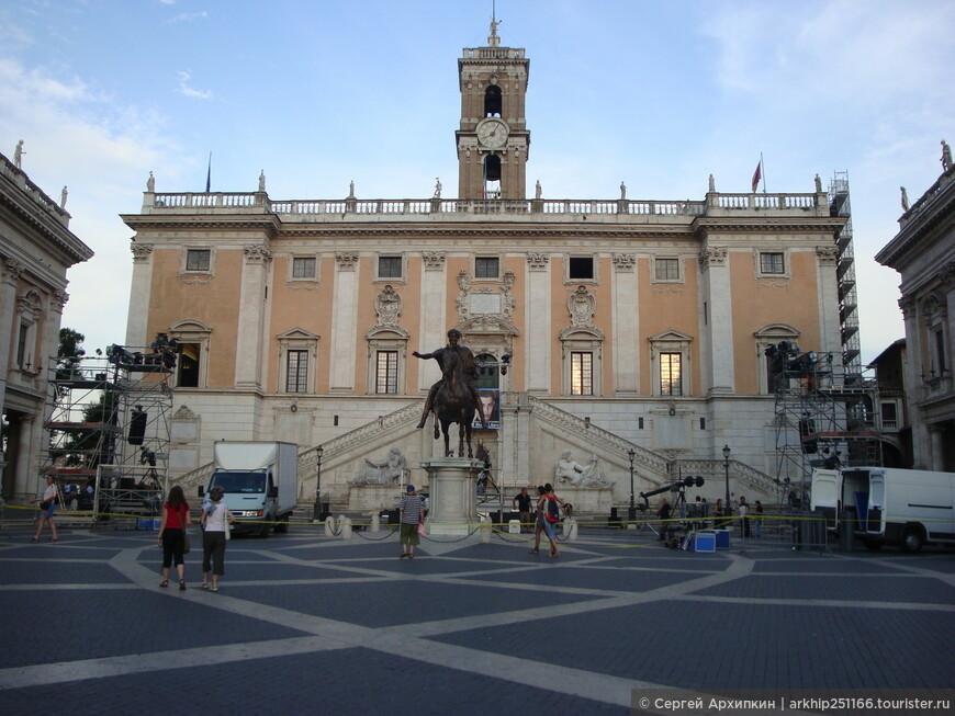 За памятником -Дворец Консерватори. Справа касса -единый билет стоил 8 евро