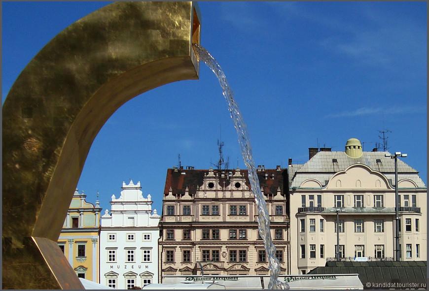 По углам площади  размещаются такие вот, на  мой взгляд (простите жители Пльзени), несуразные фонтаны. Ну не понравились они мне.