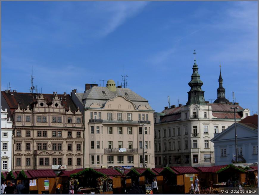 А раньше эта площадь называлась - Рыночная. Название изменилось, а суть...? Сильны традиции.