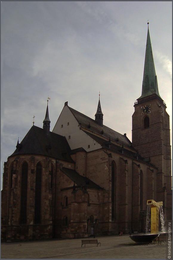 """Ну и конечно же - главная достопримечательность площади и города - Кафедральный собор святого Варфоломея (1292 г.) Ну самый- самый... Самый высокий в Чехии - 102 метра. Преодолев 301 ступеньку можно подняться на смотровую площадку. Говорят красиво. Но даже огромное уважение к коллегам-Туристерам и другим потенциальным """"рассматривальщикам"""" фотографий и большое желание крикнуть """"мне сверху видно все, ты так и знай..."""", не смогли сподвигнуть нас на совершение этого подвига...301 ступенька...!!!"""