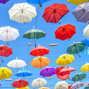 зонтики на одной из самых популярных гастрономических улиц Анталии