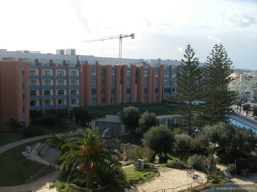 Долмен Резорт Отель расположен на набережной Буджиббы.