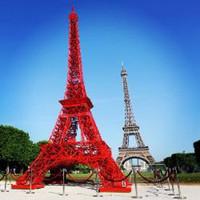 У Эйфелевой башни появился двойник из садовых стульев