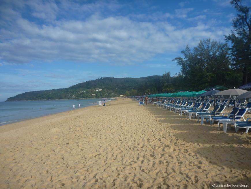 Пляж около отеля. Пляжи все общественные, не относятся к территории отеля. Поэтому за зонтики и жезлонги приходится платить, а пляжные полотенца таскать с собой.