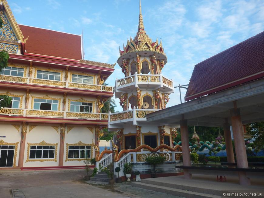 Культовые сооружения около отеля.