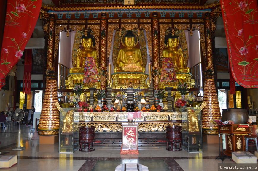 """До сих пор в интернете пестрят сообщения о том, что эти 3 фигуры Будды уступают своими размерами только Большому Будде на о. Лантао. Давно это уже не соответствует истине: в монастыре Миу Фат в двух его храмах статуи Будд несопоставимо выше и грандиознее этих (см. мой альбом """"Гонконг. Монастырь Миу Фат""""   http://vera2012.tourister.ru/photoalbum/14688 )"""