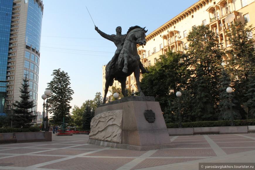 Памятник Багратиону.