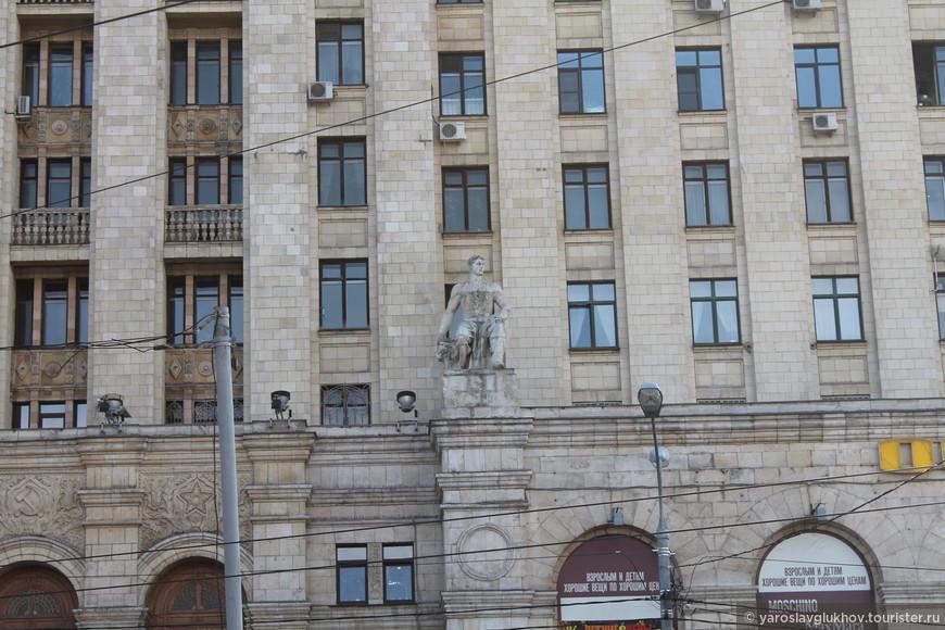 Скульптура на жилом доме на Кудринской площади.