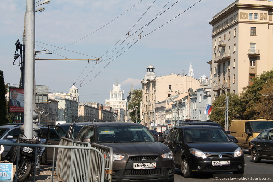 "Вид на гостиницу ""Пекин"" (здание со шпилем)."