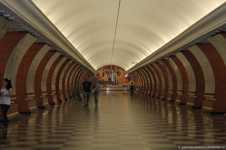 """Станция метро """"Парк Победы""""."""