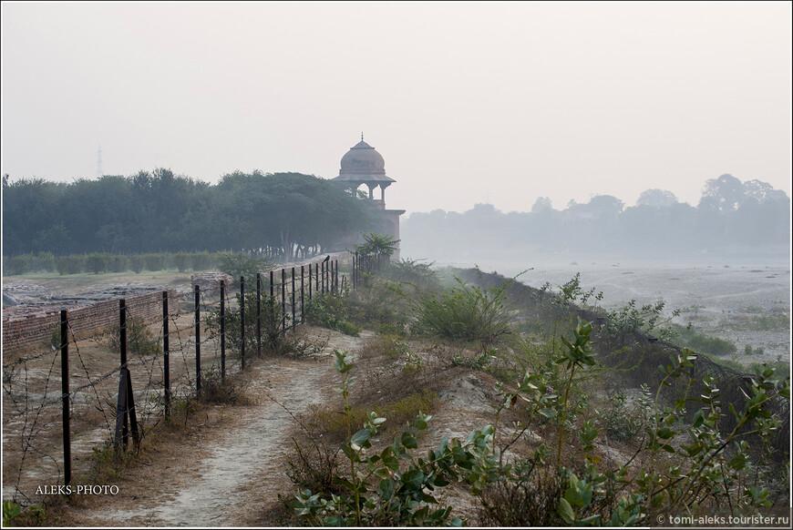 Декабрь, судя по всему, — не лучшее время для того, чтобы лицезреть утренние восходы над Тадж-Махалом. Туман стелился над обмелевшей рекой...