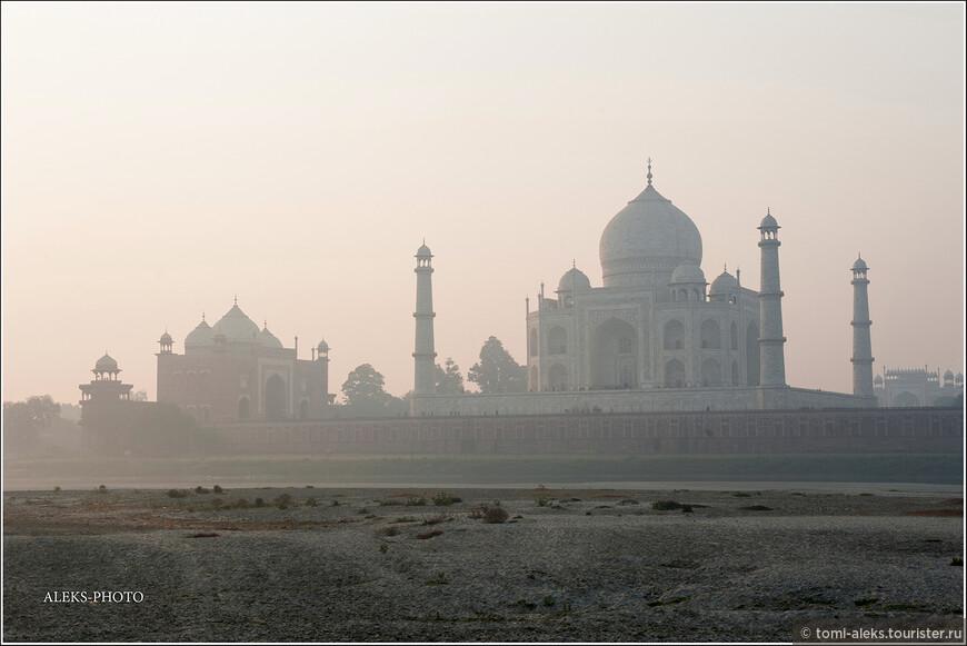 А величественный Тадж предстал для нас, как ежик в тумане — в самом неприглядном виде. С восходом солнца ситуация практически не изменилась...