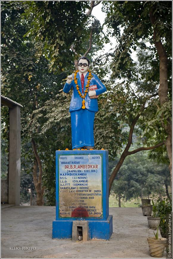 """По пути встретили прикольного синего мэна на постаменте. Уже позже я через интернет идентифицировал его личность. Бхимрао Рамджи Амбедкар (""""Бабасахиб"""") — индийский юрист, ярый защитник всех """"неприкасаемых"""" — это уже говорит о многом..."""