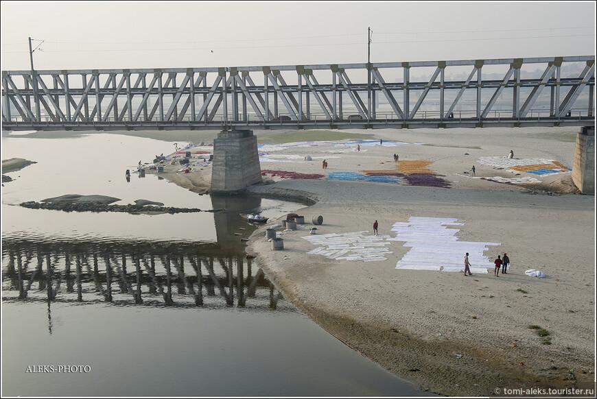 Удивительно, что в исторических анналах упоминается о наводнении, которое было когда-то в Агре. Перед нами Ямуна предстала совсем небольшой речкой с очень грязными берегами.