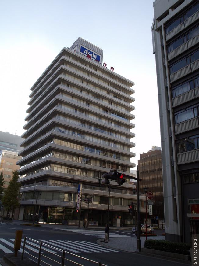 Жилой дом с рекламой известного во всём мире японского пива.
