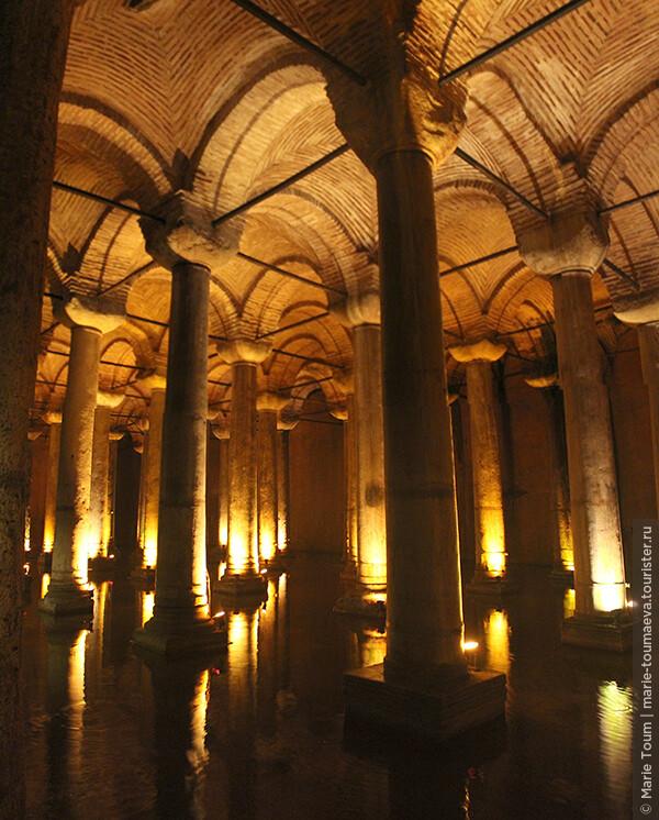 Строительство цистерны было начато греками во время правления императора Константина I (306—337 гг.) и закончено в 532 году при императоре Юстиниане. Размеры подземного сооружения — 145 × 65 м, ёмкость — 80 000 м³ воды. Сводчатый потолок цистерны поддерживают 336 колонн (12 рядов по 28 колонн) 8-метровой высоты, колонны стоят на расстоянии 4,80 м друг от друга, стены толщиной 4 м сделаны из огнеупорного кирпича и покрыты специальным водоизоляционным раствором.