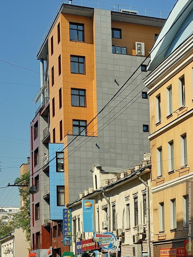 Мы устремились к Москва-Сити. Но путь был длинный и по пути мы кое-что фотографировали. Например вот это лаконичное здание из цветной плитки.