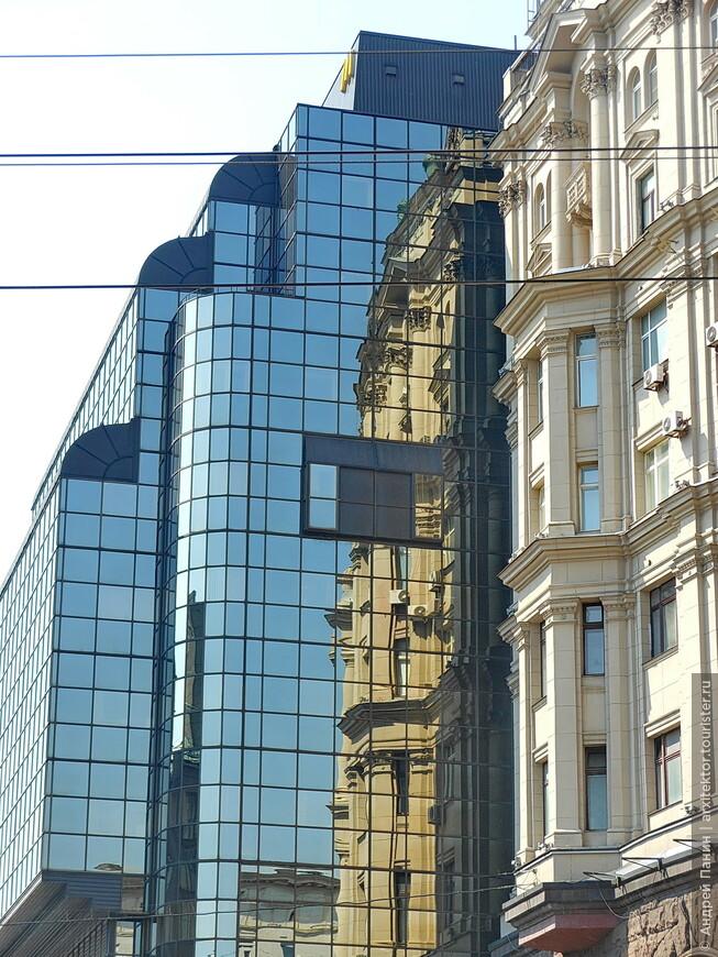 Здание очень простое по формам. Даже грубоватое. Но как его украшает зеркальное остекление.