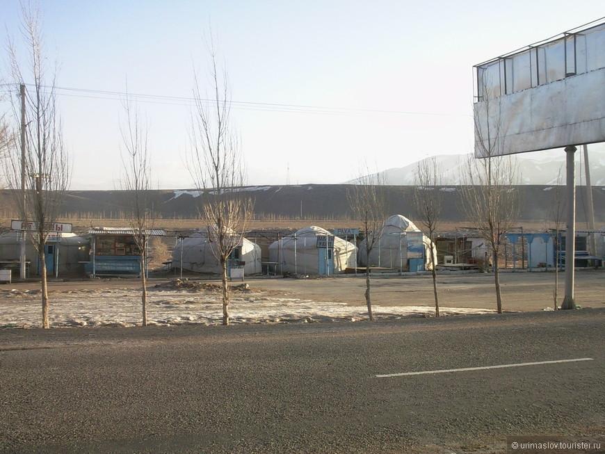 По дороге из Бишкека на Иссык-Куль. Вот такой рынок, с кыргызским колоритом.