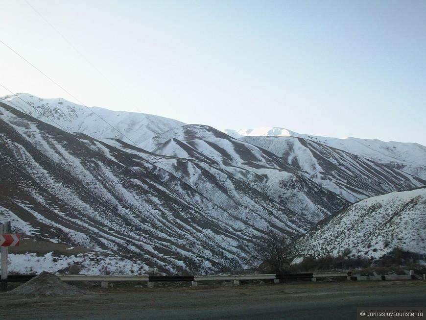 По дороге из Бишкека на Иссык-Куль. Дорога горная. Очень красивые горы.