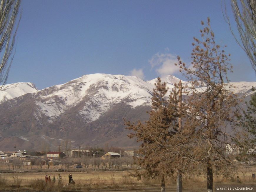 За спиной шумит озеро, а впереди снежные горы.