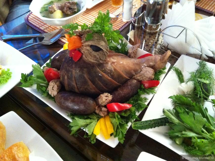 """Этого барана уже не совалши в тандыры. На фото так называемая """"иссык-кульская уточка"""". Использовался желудок и кишки. Начинка - ливер с рисом и овощами."""