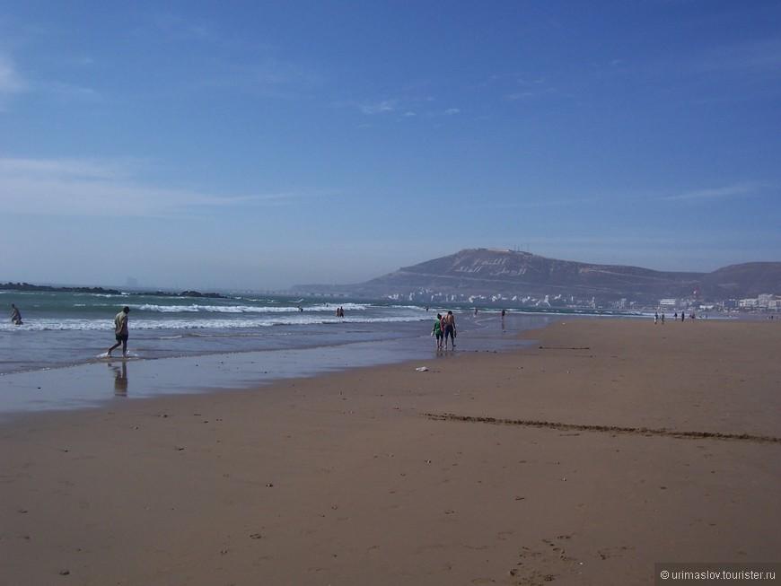 Пляж в агадире замечательный. Очень широкий и достаточно длинный. Поэтому люди, играющие в активные игры и едущие на квадроциклах, не машают остальным отдыхающим. Песок плотный и по нему приятно гулять, что многие и делают.