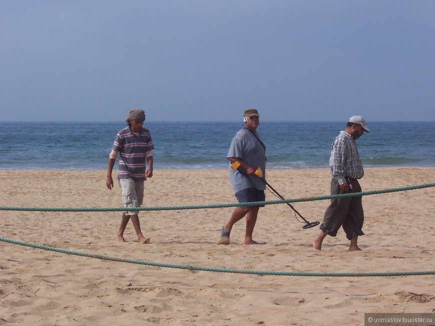 Эта троица регулярно обследовала свой участок пляжа на предмет потеряных ювелирынх украшений. А что, тоже заработок.