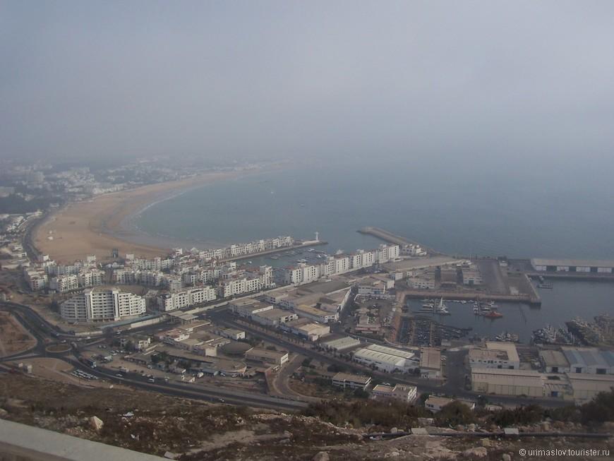 Вид на город Агадир с рядом расположенной горы. Город современной постройки, т.к. в конце прошлого века он был разрушен землятрением.
