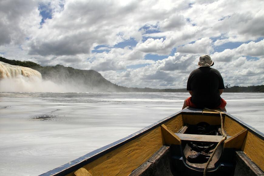 С утра была хорошая погода. Мы сели в индейскую лодку куриаре (сuriara) и поплыли с местным гидом осматривать водопады.
