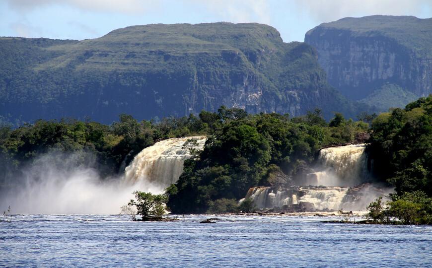 Эти невысокие, но мощные, в зависимости от сезона, водопады бушуют на фоне столовых гор (тепуи).