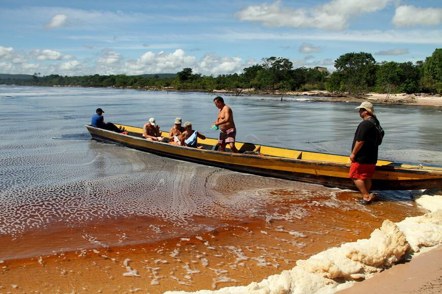 Все дело в том, что в этой реке много сапонитов (от латинского sapo – мыло) – веществ, выделяемых местными видами растений. Благодаря этому как раз над поверхностью воды формируется пенная шапка.