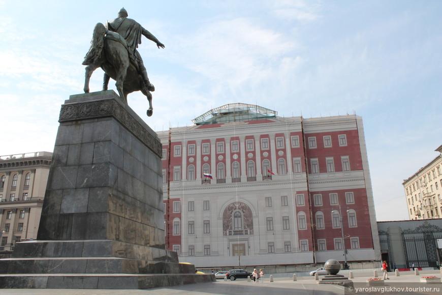 Памятник Юрию Долгорукому и мэрия Москвы.