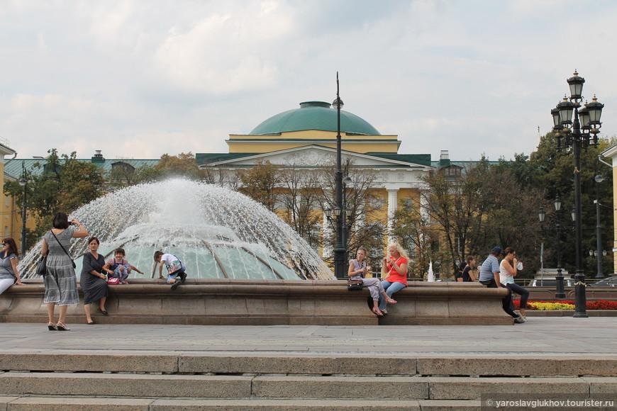 Фонтан и старое здание МГУ.
