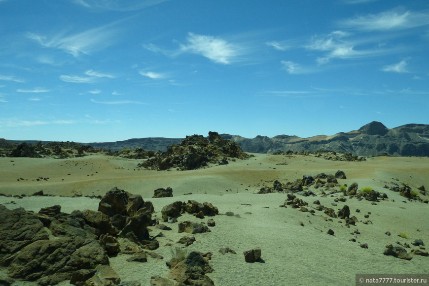Но, сначала о самой главной достопримечательности Тенерифе - вулкане Тейде. Экскурсия на вулкан была самой первой из наших четырех. Быть на Тенерифе и не посетить вулкан Тейде - это все равно, что в Риме не увидеть Колизей. Мы проехали на автобусе по горному серпантину через священные места гуанчей и живописнейшие сосновые леса, лежащие над облаками, увидели лунные пейзажи из застывшей лавы огромного кратера потухшего вулкана, где проходили съемки фильма «Звездные войны».
