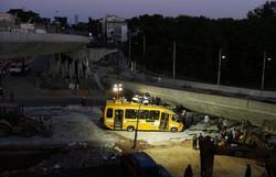 В Бразилии рухнувшая автомобильная эстакада придавила автобус и легковушку