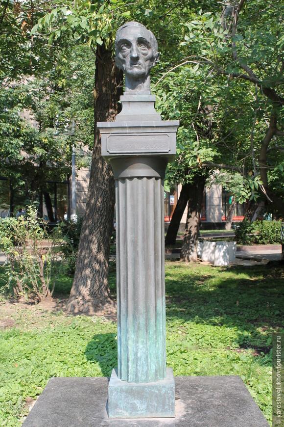 Памятник И.С. Шмелёву.