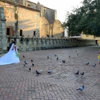 девочки с интересом смотрят на невесту. У Catedral Primada de America.