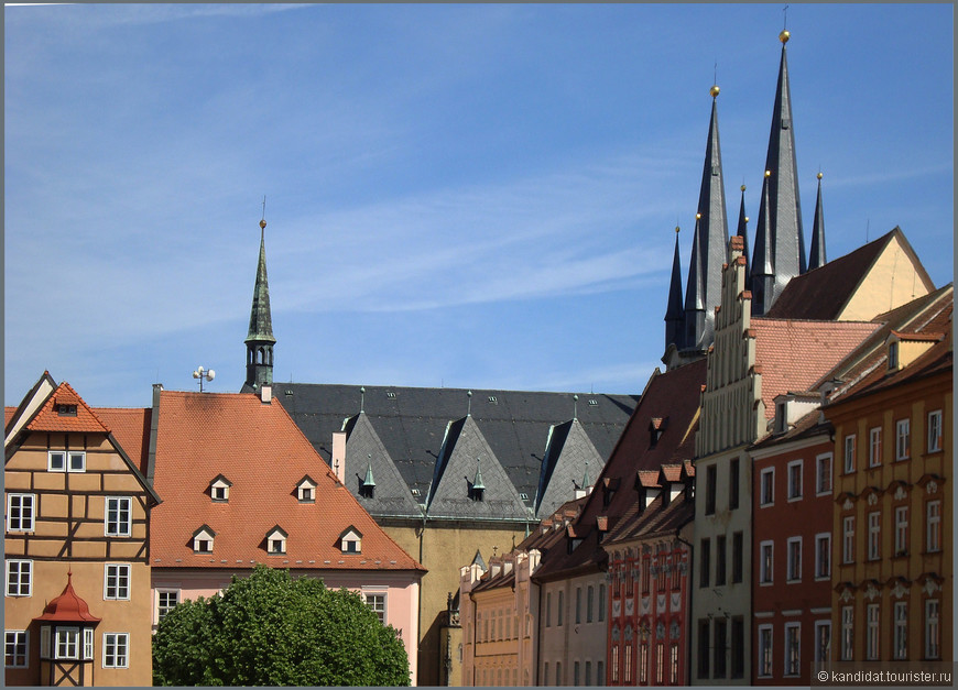Особо выделятся группа домов, расположенных в глубине площади и известных  под общим названием - Шпаличек. Не название - песня... Это дома, в которых жили ( а может и сейчас их потомки живут) чешские и еврейские купцы.