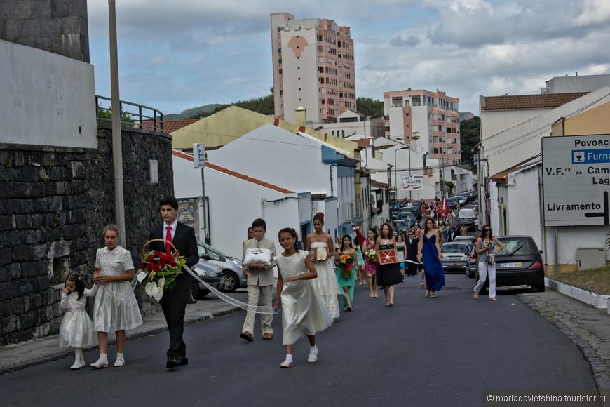 Религиозный праздник с процессией.
