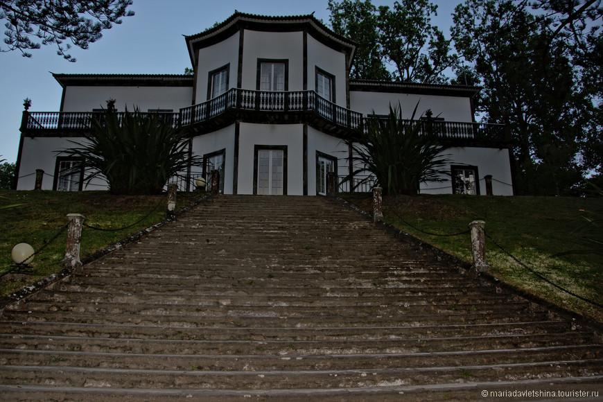 Старинная лестница к озеру.