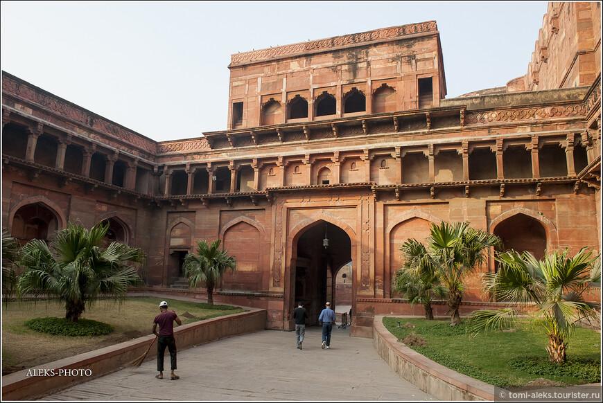 Внутри за памятником архитектуры, который привлекает туристов со всего мира, хорошо следят. Человек с метлой в Индии меня радует, как нигде в другом месте планеты...