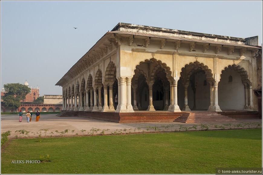 Все, что находится внутри форта - вполне можно назвать дворцами. Ведь не строят из мрамора какие-нибудь рядовые сооружения...