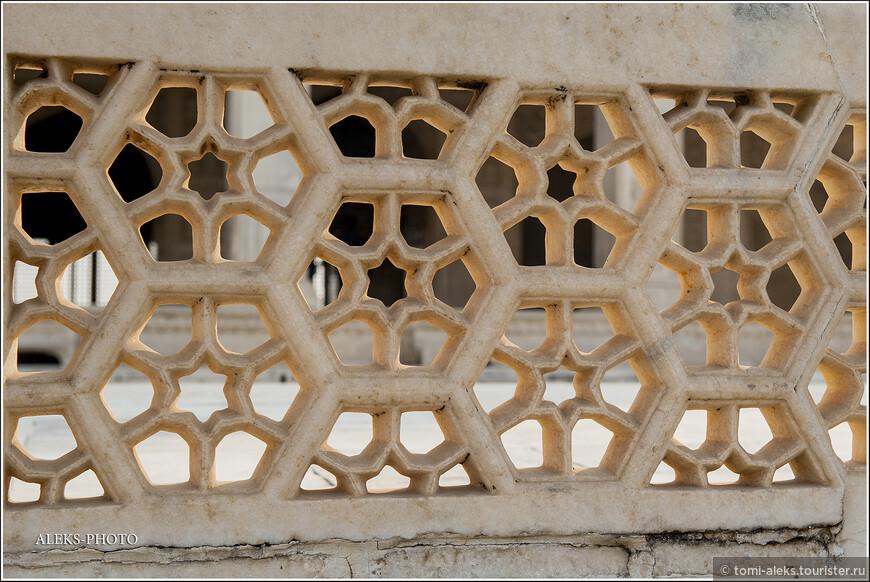 Стиль сооружений форта сочетает элементы индуизма и ислама. Вот такие ажурные заборчики радуют глаз. Это не металлические заборы, которыми нынче обносят многие наши здания...