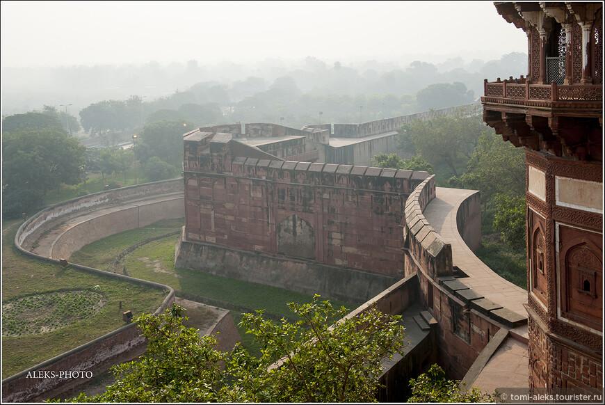 Для меня всегда было загадкой - то ли это туман, то ли - дым от костров на горизонте. Но в это время года - в декабре, в Индии все подернуто дымкой. Продуманность крепости удивляет - возле стен еще довольно внушительный ров... Не даром ее называют шедевром фортификационного зодчества. Любопытно, что раньше в растущих между стенами зарослях жили тигры. А в заполненных водой рвах водились крокодилы. Это тоже было защитой от неприятеля... Англичанами, видимо, испытано сполна...
