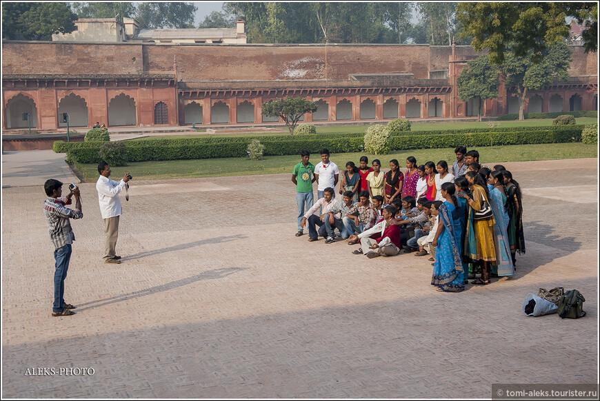 Индийские туристы из глубинки тоже любят сниматься на фоне достопримечательностей. Кстати, там как раз за их спиной - довольно привлекательный дворец, но туда не пускают...