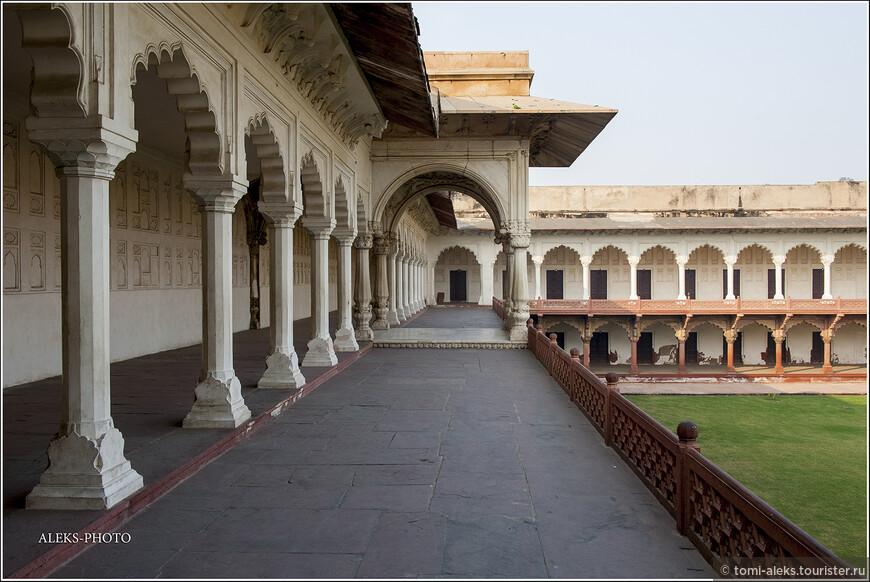 Что-то мне напоминают эти колонады и арки. Как бы даже не европейские сооружения. Хотя стиль здесь явно восточный...