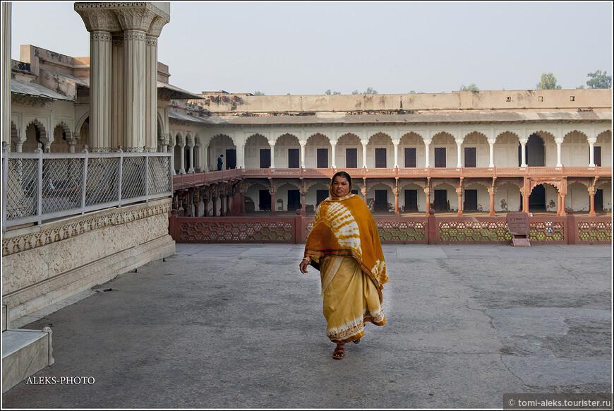 Творение получилось коллективное. Форт все время расширялся. Многие внутренние строения возводил сын Акбара - шах Джахан. Он явно не скупился, используя белый мрамор...