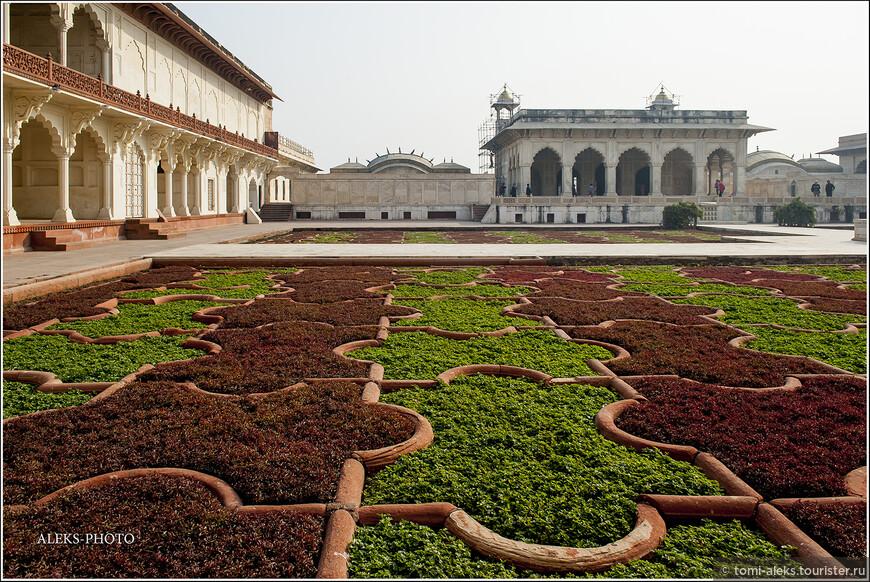 Это в понимании индийских архитекторов - сад! Помимо них в форте есть даже купальни. Но вход туда туристам запрещен. Короче говоря, довольствуемся этими видами...